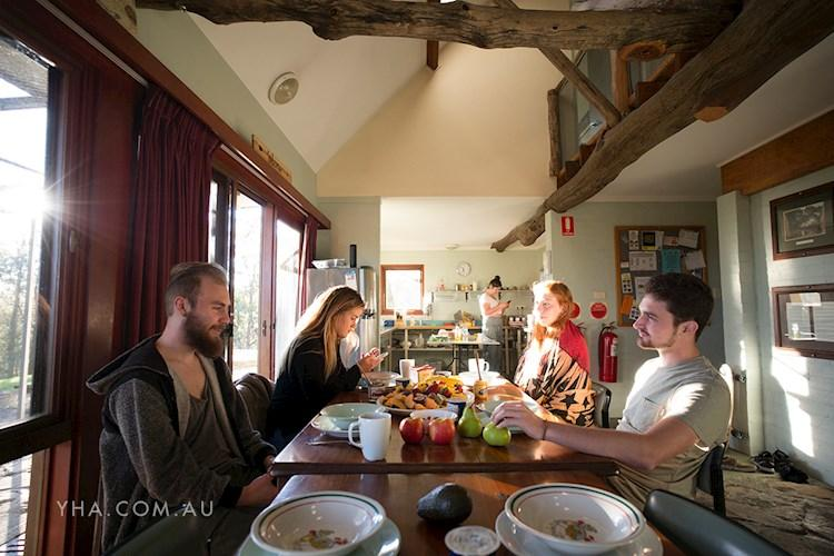 Hawkesbury Heights YHA - Cozy Dining Area