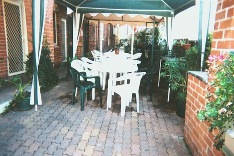 Tamworth YHA_courtyard.jpg